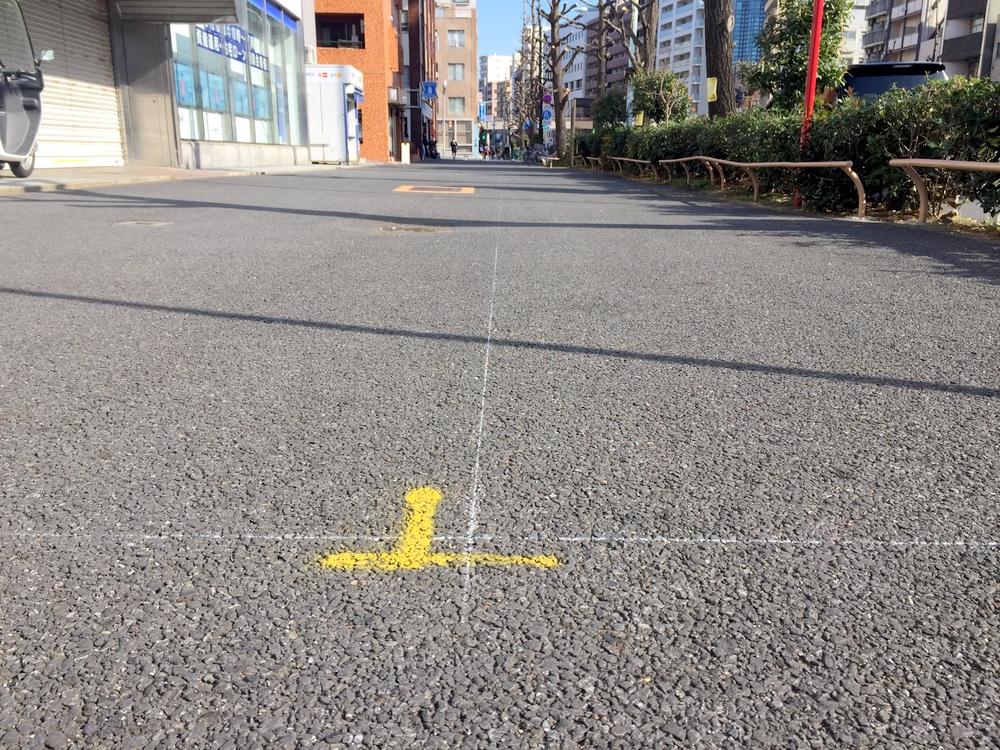 歩道上に引かれた白いライン