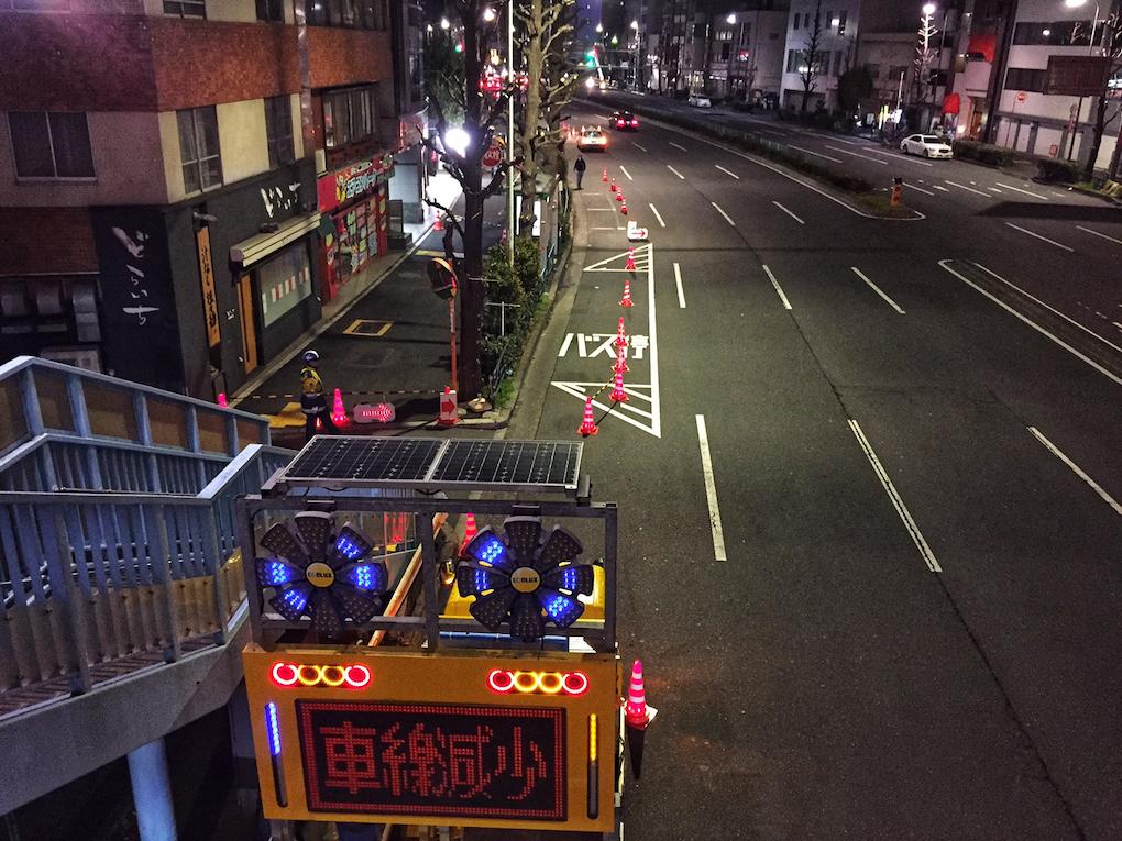 古川橋交差点の歩道橋より、深夜に進められる工事を見る