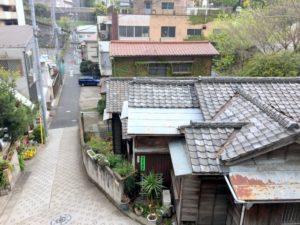 瓦屋根の日本家屋が目を引く我善坊坂