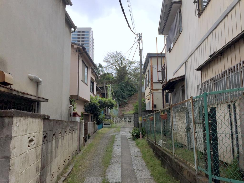 吉田苞竹記念会館付近の路地より南側を見る