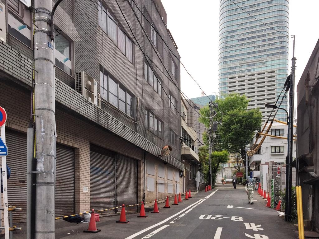 桜田通りから西に向かう路地に入る